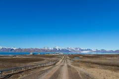 Straat aan Ny Alesund stad, Svalbard, Spitsbergen, blauwe hemel stock afbeeldingen