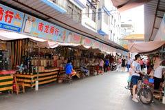 Straat Aziatische markt met droge zeevruchten stock foto
