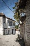 Straat in berat oude stad in Albanië Stock Afbeelding