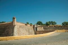 Straat bij de stadsmuur met een ingang en een kleine brug royalty-vrije stock foto's