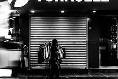 Straat bij Nacht van Cinarcik-Stad in de Zomerzonsondergang - Turkije Royalty-vrije Stock Afbeelding
