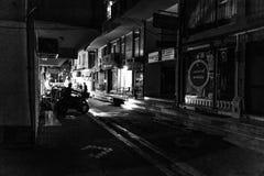 Straat bij Nacht van Cinarcik-Stad in de Zomerzonsondergang - Turkije Royalty-vrije Stock Afbeeldingen