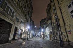 Straat in Boekarest - Nachtscène Stock Afbeeldingen