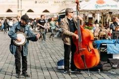 Straat Busker die jazzliederen uitvoeren bij het Oude Stadsvierkant in PR Stock Fotografie