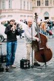 Straat Busker die jazzliederen uitvoeren bij het Oude Stadsvierkant in Praag Royalty-vrije Stock Afbeelding