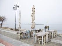 Straat café op een nevelige ochtend Royalty-vrije Stock Foto