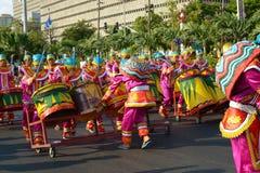 Straat-danser-in-reusachtig-trommels Royalty-vrije Stock Fotografie