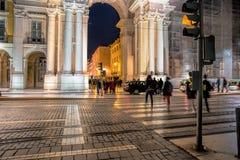 Straat in de avond, de winkels van Rua Augusta, de toeristen, de koffie en de restaurants in openlucht stock afbeelding