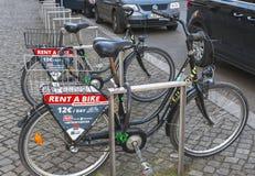 Straat de huur-a-fiets dienst Stock Foto's