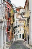 Straat in de oude Portugese stad Stock Foto