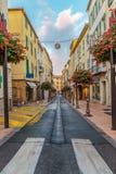 Straat in de oude stad Antibes in Frankrijk stock foto