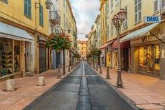 Straat in de oude stad Antibes in Frankrijk stock fotografie