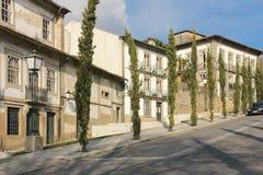 Straat in de oude stad Guimaraes portugal royalty-vrije stock fotografie