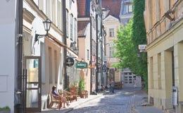 Straat in de oude stad Riga, Letland Royalty-vrije Stock Afbeeldingen