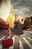 Straat in de stad van New York, zonsopgang op achtergrond Stock Foto