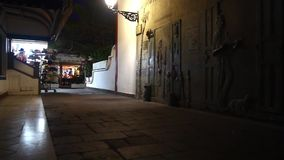 Straat dichtbij de haven in Puerto DE Mogan 's nachts, Canarische Eilanden stock footage