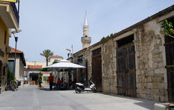 Straat dichtbij moskee in middeleeuws Turks kwart van oude Limassol Stock Foto