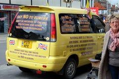 Straat die door UKIP in Bridlington, het UK, voor uitgang van de Europese Unie grondig onderzoeken Stock Fotografie