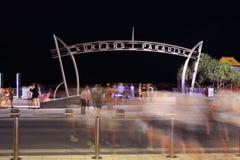Straat die mensenonduidelijk beeld kruisen bij de poort van het Surfersparadijs Stock Foto's