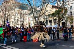 Straat die met de vlag van Cabo Verde in Lissabon dansen Royalty-vrije Stock Fotografie