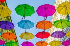 Straat die met gekleurde paraplu's wordt verfraaid Stock Foto's