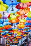 Straat die met gekleurde paraplu's wordt verfraaid. Stock Afbeelding