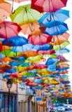 Straat die met gekleurde paraplu's wordt verfraaid. stock fotografie