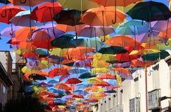 Straat die met gekleurde paraplu's wordt verfraaid. Madrid, Getafe, Spanje stock foto's
