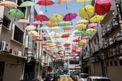 Straat die met gekleurde paraplu's wordt verfraaid Petaling Jaya, Maleisië Royalty-vrije Stock Foto
