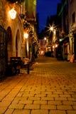 Straat die met lichten bij nacht wordt verfraaid Stock Foto's