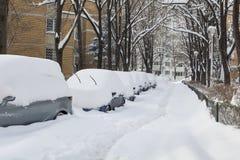 Straat die met sneeuw wordt behandeld Stock Foto