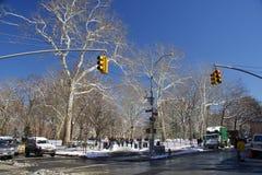 Straat die straat, de horizon van New York, Manhattan kruisen Stock Afbeelding