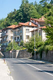 Straat die tot de berg in de stad van Smolyan in Bulgarije leiden Royalty-vrije Stock Fotografie