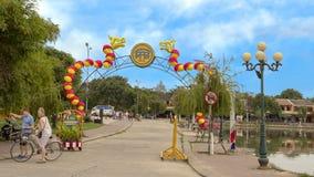 Straat die voor Tet in Hoi An, Vietnam wordt verfraaid royalty-vrije stock fotografie