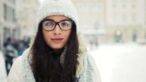 Straat emotioneel portret van jonge mooie vrouw met glazen in stad het Model bekijken camera Dame modieus dragen stock video