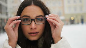 Straat emotioneel portret van jonge mooie vrouw met glazen in stad het Model bekijken camera Dame modieus dragen stock footage