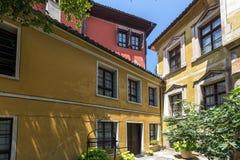 Straat en huizen van de periode van Bulgaarse heropleving in oude stad van stad van Plovdiv, Bulgarije royalty-vrije stock afbeeldingen