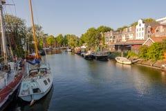 Straat en kanalenmening in Amsterdam, Nederland royalty-vrije stock afbeeldingen