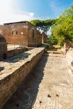 Straat en roman mozaïekvloer in Ostia Antica Italië stock foto