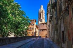 Straat in Girona, Cataloni?, Spanje Toneel en kleurrijke oude stad De beroemde bestemming van de toeristentoevlucht, perfecte pla royalty-vrije stock foto