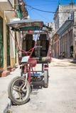 Straat in Havana met een oude drie gereden fiets Stock Fotografie