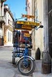 Straat in Havana met een oude icycle en sjofele gebouwen Royalty-vrije Stock Fotografie