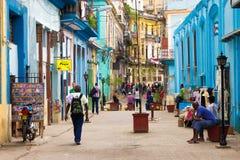Straat in Havana met mensen en oude gebouwen Royalty-vrije Stock Foto's