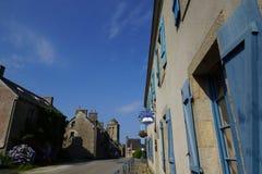 Straat in het dorp van Locronan in Bretagne, Frankrijk stock fotografie