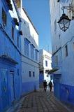 Straat in het historische deel van Chefchaouen stock fotografie