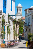 Straat in het oude deel van Limassol, Cyprus Stock Foto's