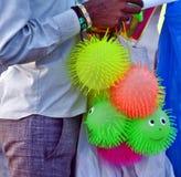 Straat kleurrijke Jelly Ball Seller bij Kovalam-Strand Royalty-vrije Stock Foto's