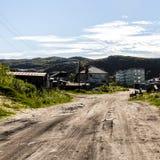 Straat in landelijk plaatsdorp Teriberka in Kolsky-District van Moermansk Oblast, Rusland stock fotografie