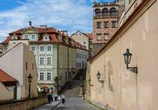Straat langs de muren van het Kasteel die van Praag tot het Schwarzenberg-Paleis, Praag, Tsjechische Republiek leiden stock foto
