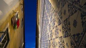 Straat in Lissabon met hierboven tegels op de muur en de blauwe hemel Royalty-vrije Stock Fotografie
